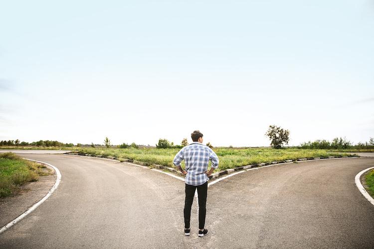 Nuori mies seisoo tienristeyksessä