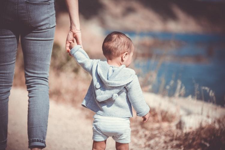 lapsi pitää vanhemman kädestä kiinni