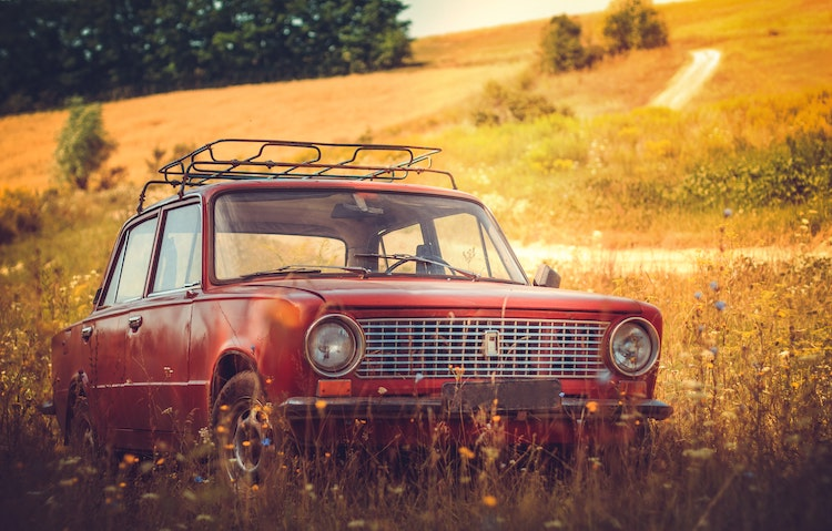 vanha auto niityllä